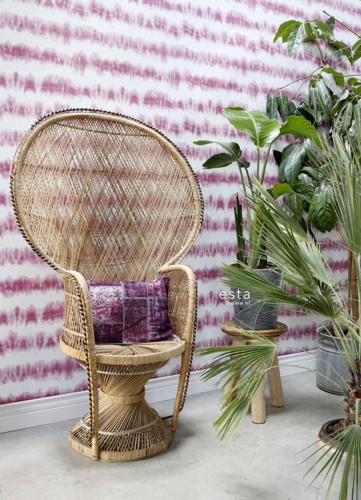 krijtverf eco texture vliesbehang horizontale tie-dye shibori streep intens fuchsia roze en mat wit:   door ESTAhome.nl, Mediterraan