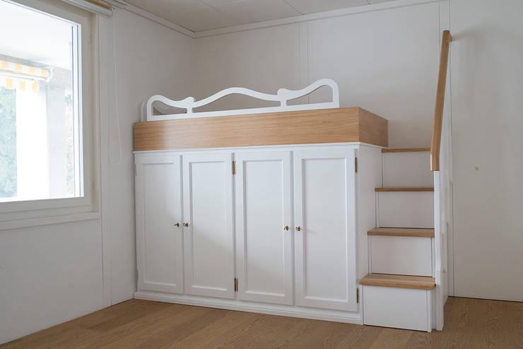 Recuperare spazio con letti a ponte attrezzati.: Camera da letto in stile  di Falegnameria Grelli Danilo
