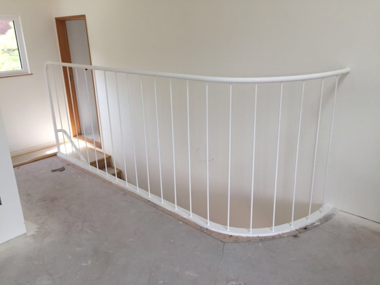 2층 난간 입니다.   라운드형으로 깔끔한 휜색으로 작업했습니다.: 창조하우징의