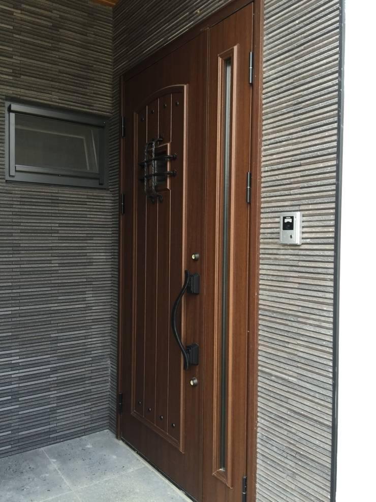 YKK베나토 현관문 입니다. 현관 입구 포인트는 릭실 이낙스타일 호소와리 보더 블랙 모델입니다.: 창조하우징의