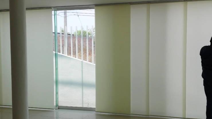 Salas / recibidores de estilo  por ARDUZZ Decoracion