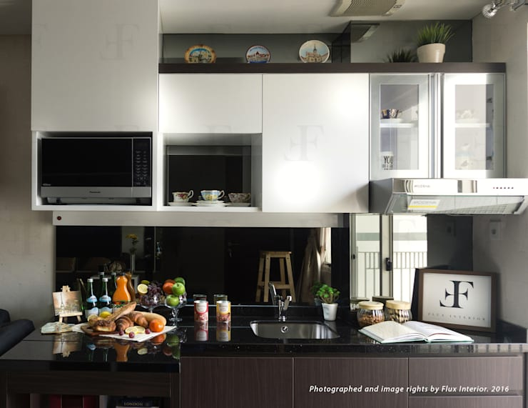 Multifunctional Modern Kitchen for Royal Mediterania Garden Residences Apartment:  Kitchen by Flux Interior