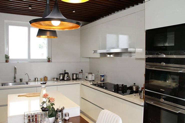 Proyecto de diseño y decoración en una villa residencial SK Whitefield | Bangalore | India: Cocinas de estilo  de Studioapart