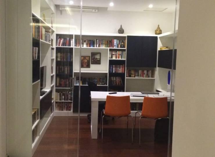 Despacho con gran librería en Vila SS Whitefield | Bangalore | India: Estudios y despachos de estilo moderno de Studioapart