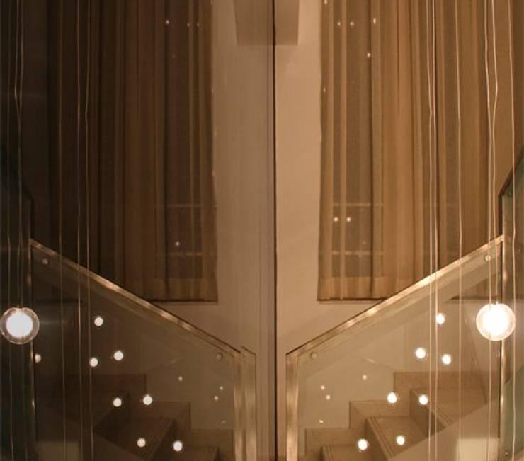 Escaleras y juego de luces en Vila SS Whitefield | Bangalore | India: Pasillos y vestíbulos de estilo  de Studioapart