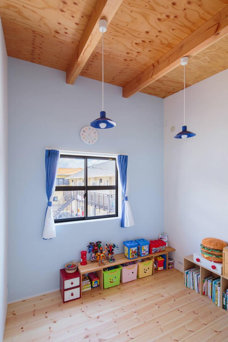 Chambre d'enfant originale par 一級建築士事務所シンクスタジオ Éclectique
