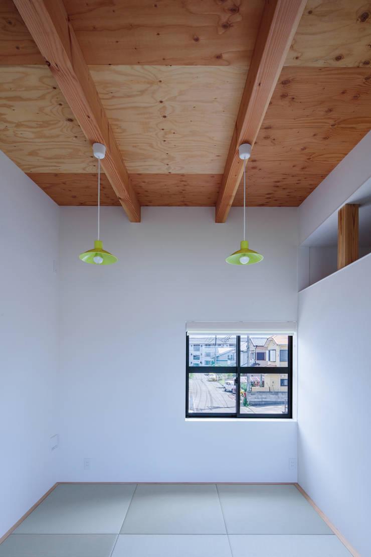 Salle multimédia originale par 一級建築士事務所シンクスタジオ Éclectique