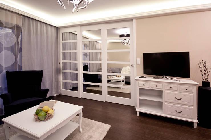 Eklektyczne mieszkanie: styl , w kategorii Salon zaprojektowany przez IDAFO projektowanie wnętrz i wykończenie