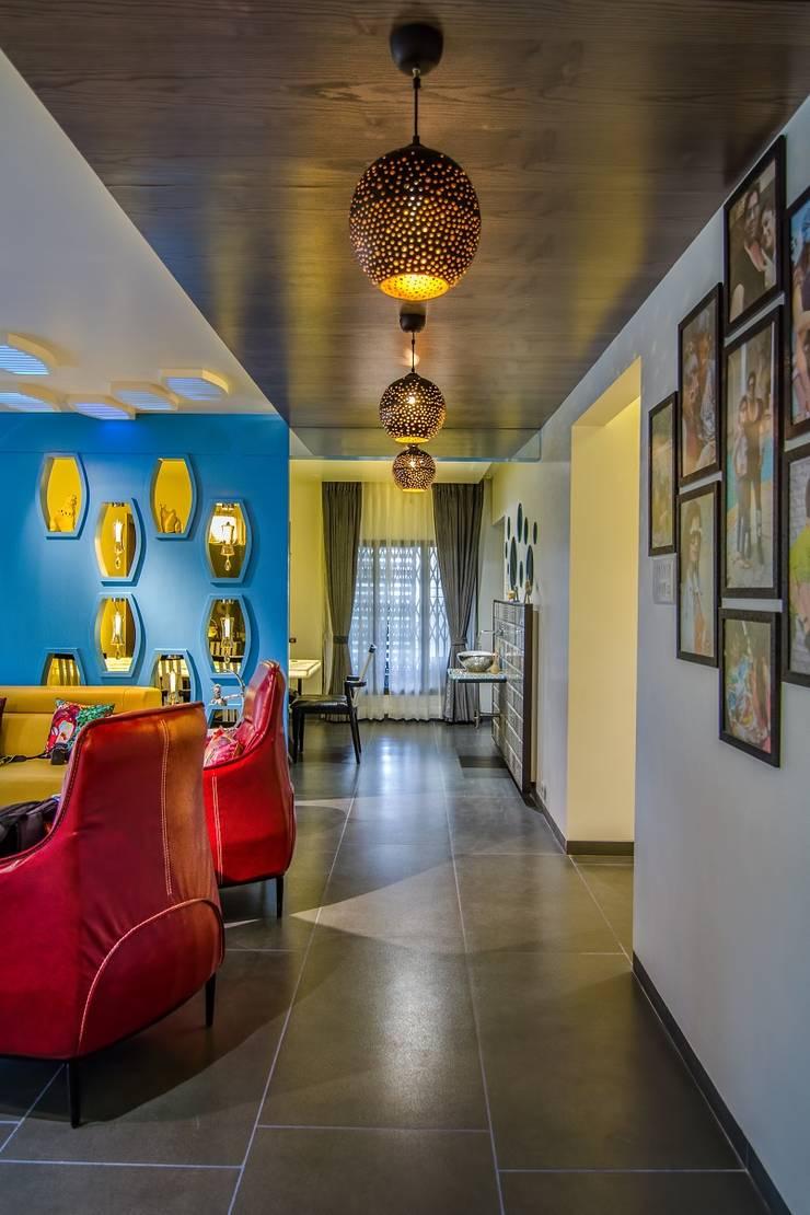 Residential-Chintubhai:  Living room by J9 Associates