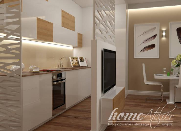 Kawalerka w dwóch odsłonach: styl , w kategorii Kuchnia zaprojektowany przez Home Atelier