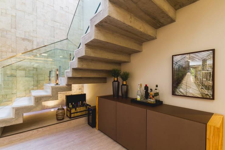 Pasillos y recibidores de estilo  por Melo Mesquita Arquitetura