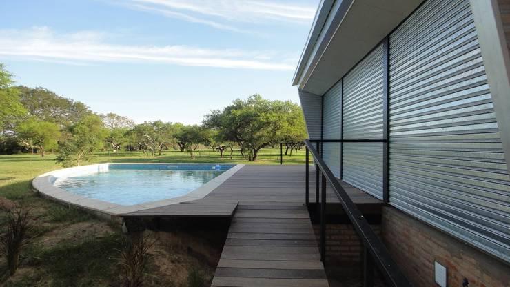 QUINCHO Y PILETA PARA PESCADORES: Piletas de estilo  por DUA Arquitectos,