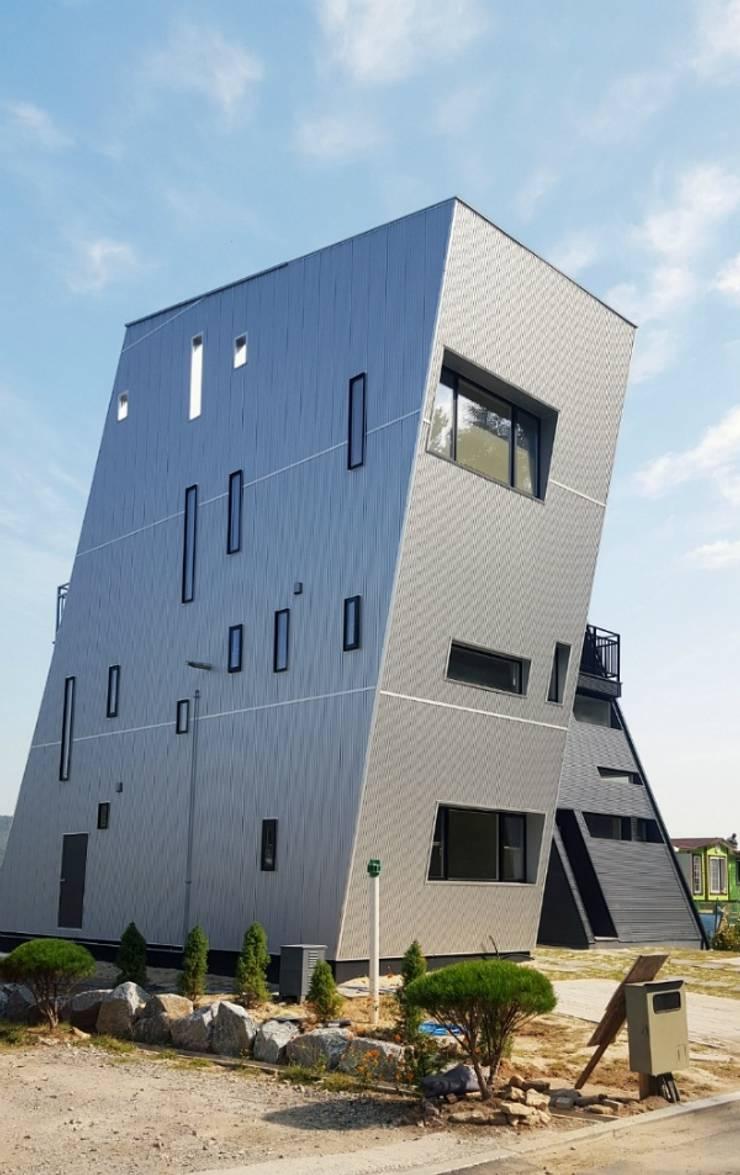 일본 YKK 에피소드 창문과 YKK베나토 단열 현관문을 적용하여 디자인을 더 돋보이게 했습니다.: 창조하우징의  ,
