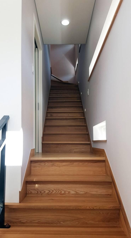차가워 보일수 있는 실내에 애쉬 계단재로 따듯한 나무의 질감을 살렸습니다^^: 창조하우징의  ,