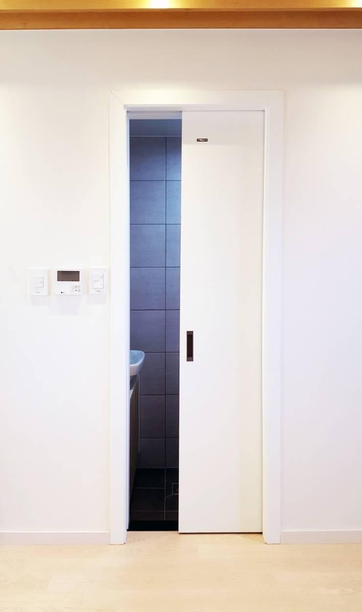 2층 화장실 포켓 도어입니다.  : 창조하우징의  ,
