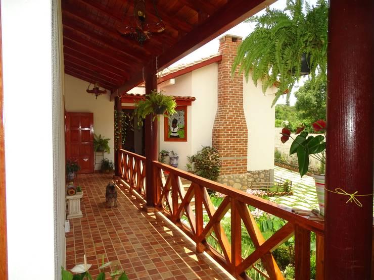 ALGUNAS DE NUESTRAS CONSTRUCCIONES REALIZADAS: Casas de estilo  por Casas y cabañas de Madera  -GRUPO CONSTRUCTOR RIO DORADO (MRD-TADPYC)