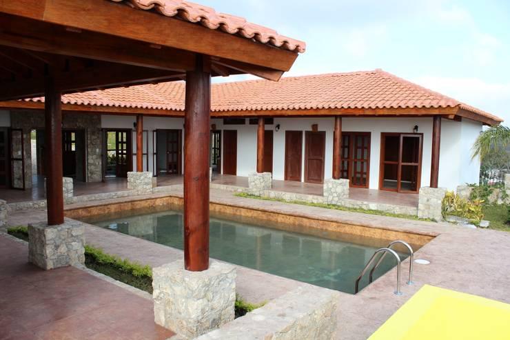Casas de estilo  por Casas y cabañas de Madera  -GRUPO CONSTRUCTOR RIO DORADO (MRD-TADPYC)