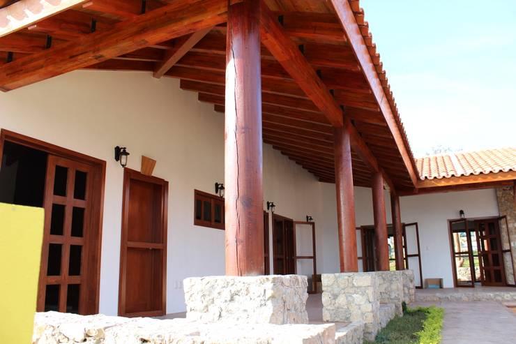 ALGUNAS DE NUESTRAS CONSTRUCCIONES REALIZADAS: Casas de estilo clásico por GRUPO CONSTRUCTOR RIO DORADO (MRD-TADPYC)