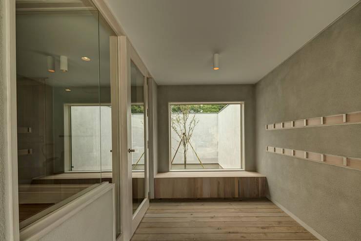 Orandajima House:  Corridor & hallway by van der Architects