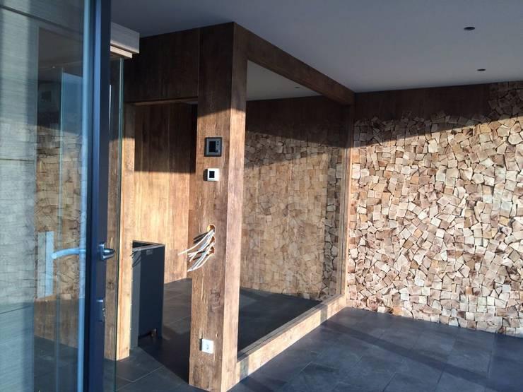 Wandverkleidung aus Holzstückchen, handgefertigt : modernes Spa von Fa. RESANEO®