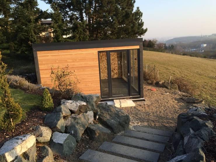 Sauna im Außenbereich mit Dusche und Ausblick in die Natur:  Spa von Fa. RESANEO®