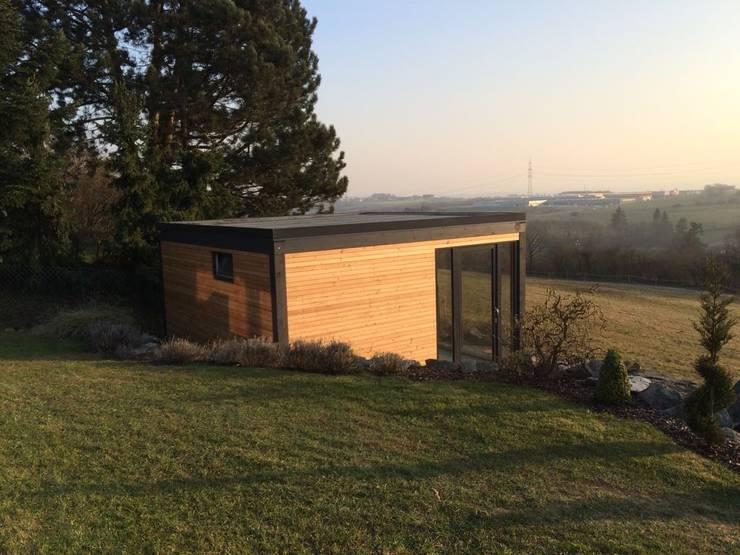 Sauna im Außenbereich mit Dusche und Ausblick in die Natur: modernes Spa von Fa. RESANEO®
