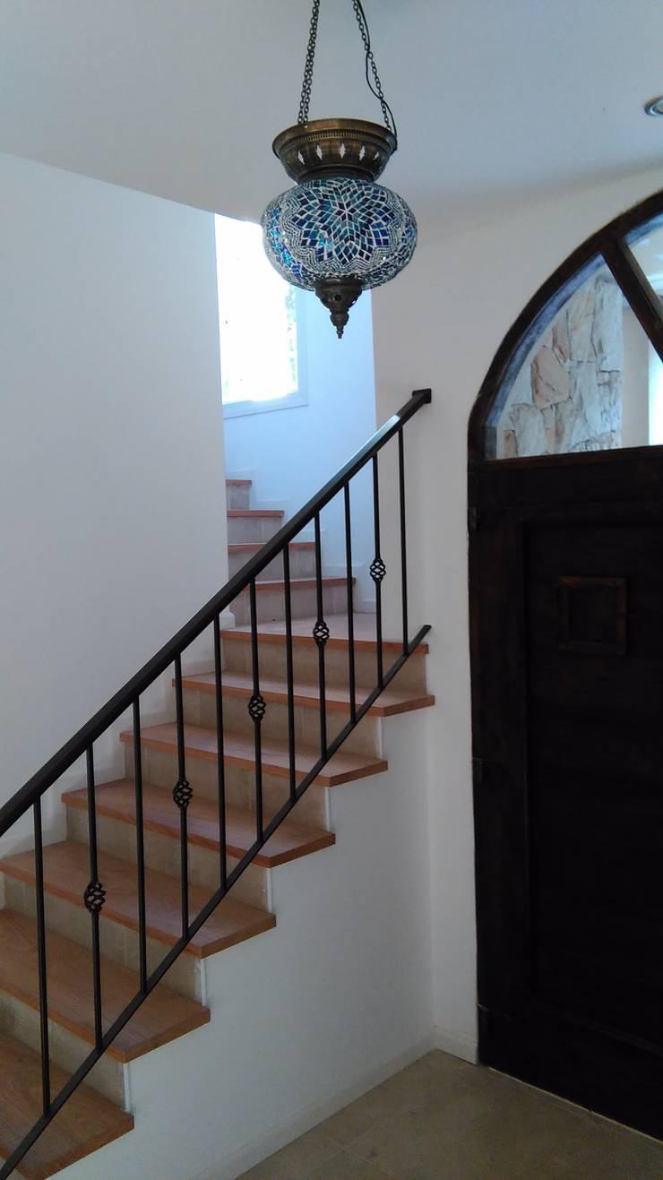CASA MODERA y GEOTERMICA. EFICIENCIA ENERGETICA. SUSTENTABLE.: Pasillos y recibidores de estilo  por Family Houses,