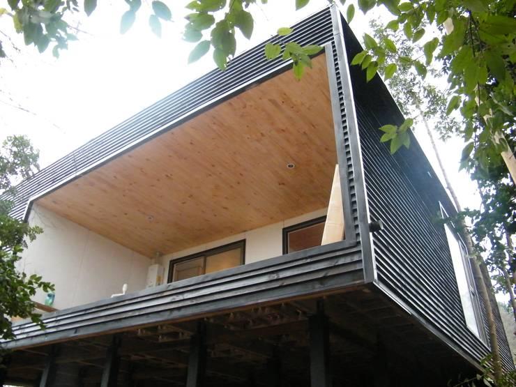 CASA SWAST: Casas de estilo moderno por aaaaaa