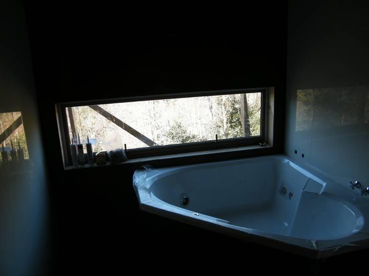 CASA SWAST: Baños de estilo moderno por aaaaaa