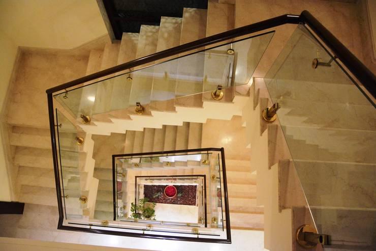 Staircase:  Corridor & hallway by VB Design Studio