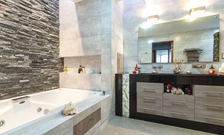 Bathroom by SANTIAGO PARDO ARQUITECTO