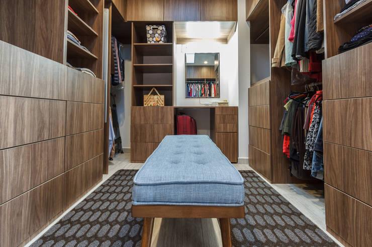 modern Dressing room by SANTIAGO PARDO ARQUITECTO