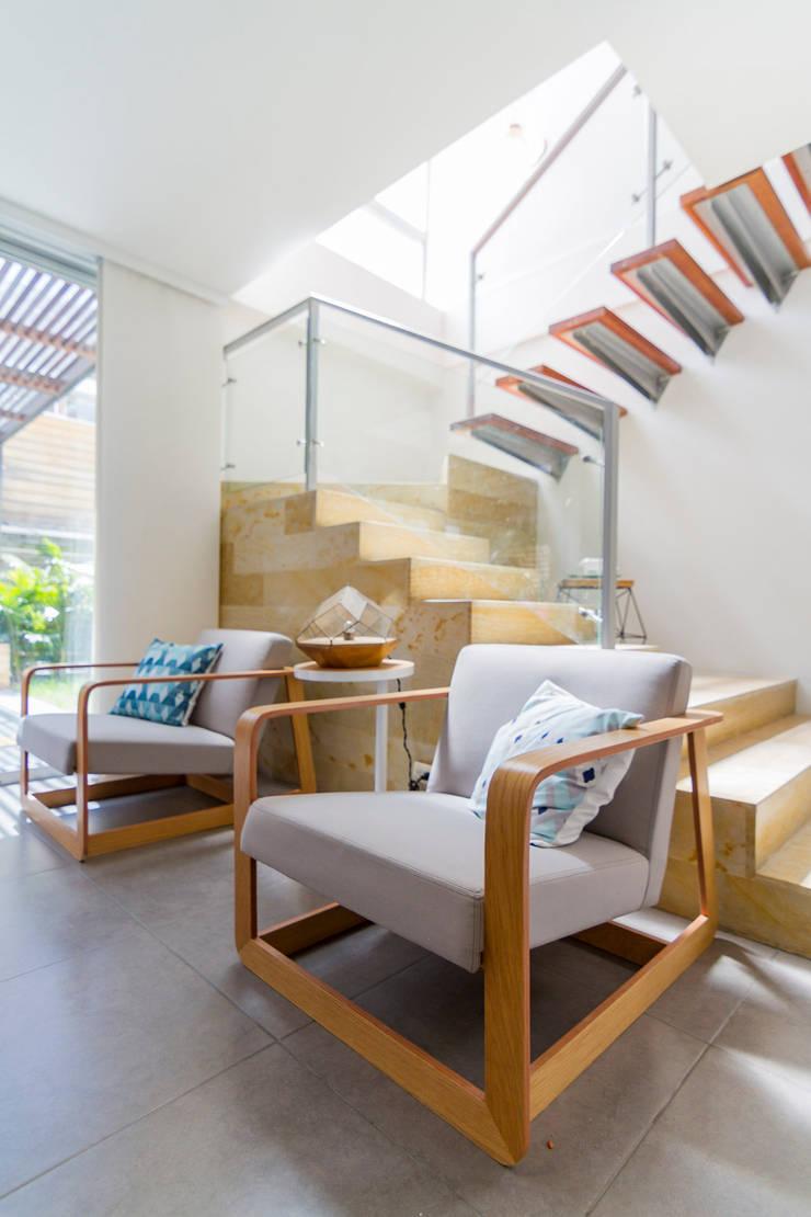 Casa mediterránea: Salas de estilo  por Adrede Diseño