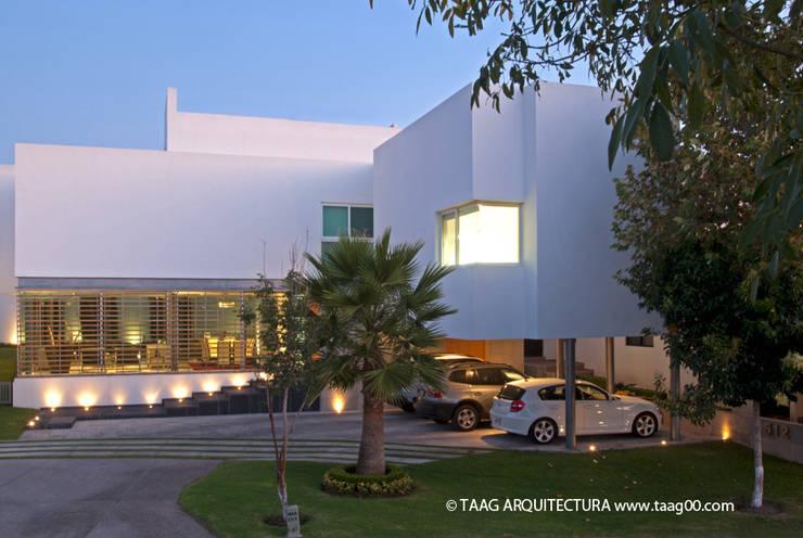 Fachada Casa ZR: Casas de estilo moderno por TaAG Arquitectura