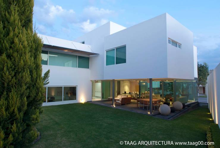 Fachada posterior Casa ZR: Casas de estilo moderno por TaAG Arquitectura