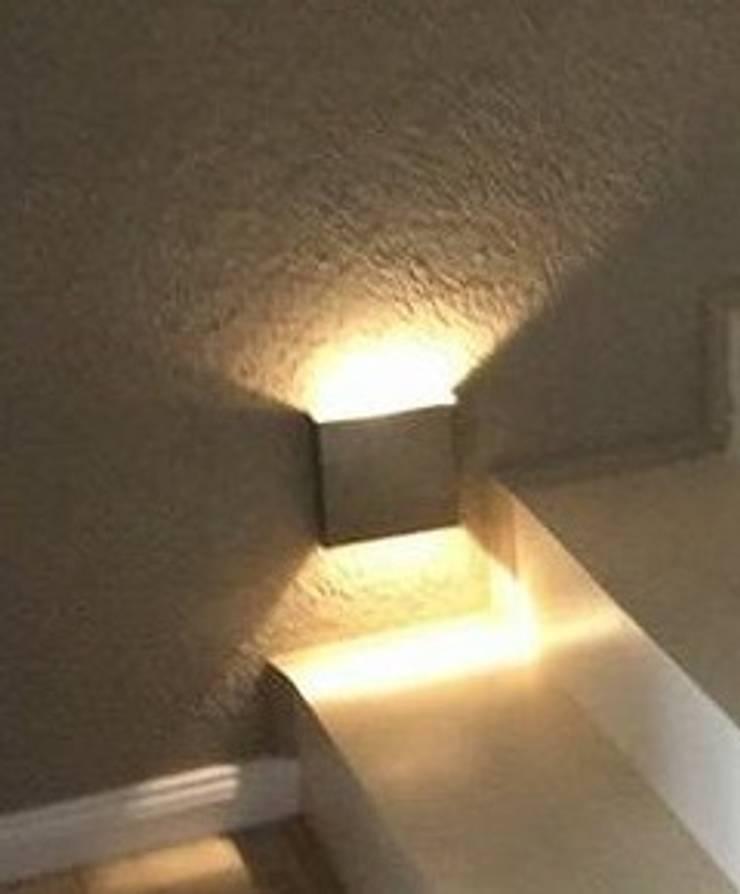 Aplique bidirecciona para interior: Pasillos y recibidores de estilo  por Iluminacion creativa.,Moderno