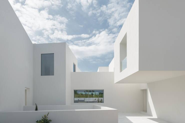 Entre dois Muros Brancos: Casas  por Corpo Atelier