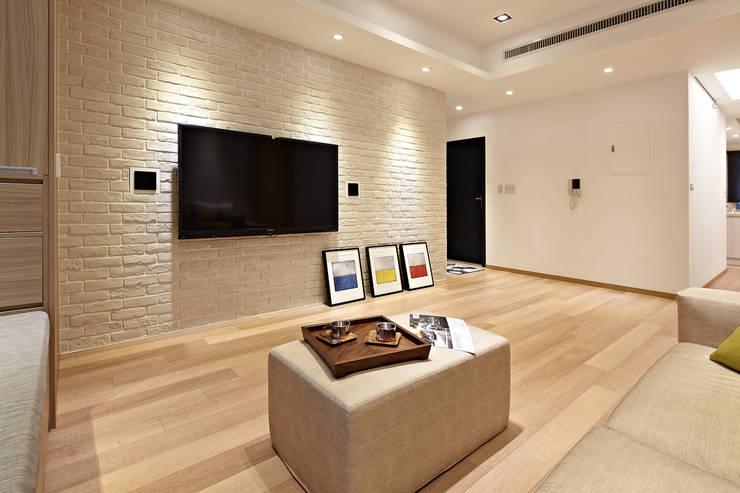 家裡真好 no place like home:  客廳 by 耀昀創意設計有限公司/Alfonso Ideas