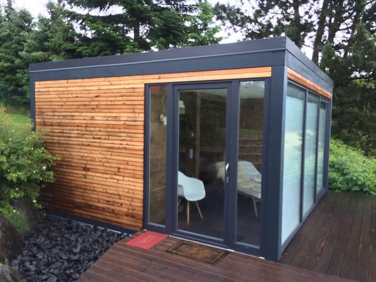 Sauna im Außenbereich mit vorgebauter Holzterrasse:  Spa von Fa. RESANEO®