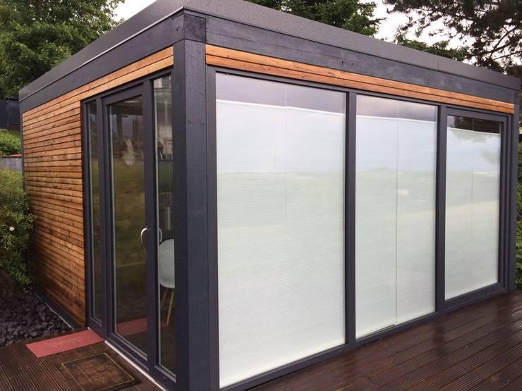 Sauna im Außenbereich mit vorgebauter Holzterrasse: modernes Spa von Fa. RESANEO®