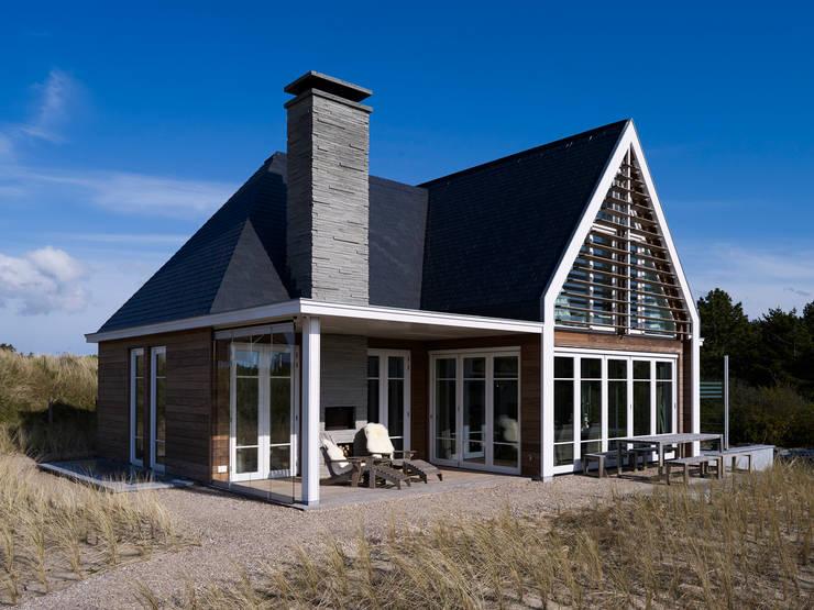 BEACH HOUSE:  Terras door J.PHINE, Modern