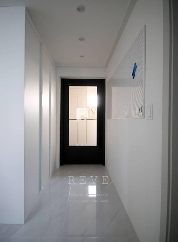 [신혼집인테리어] 서울 영등포 대림동 한솔솔파크 아파트인테리어 33PY: 디자인스튜디오 레브의  복도 & 현관,