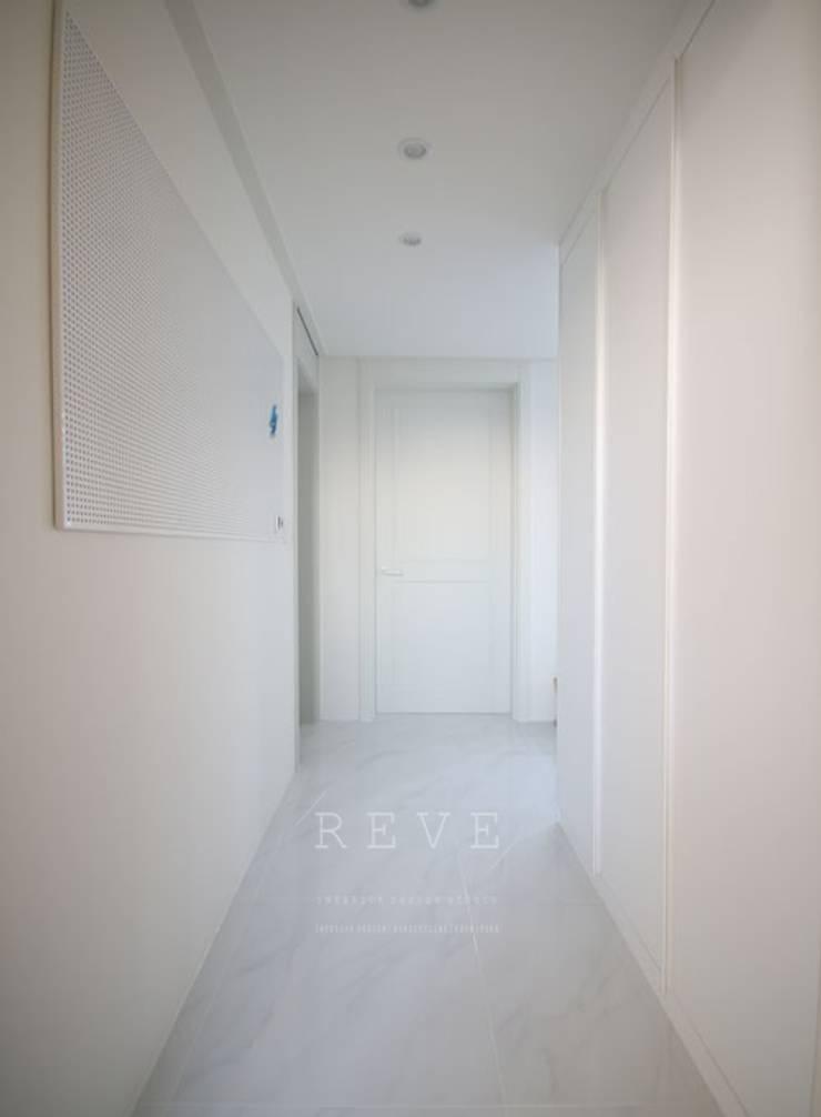 [신혼집인테리어] 서울 영등포 대림동 한솔솔파크 아파트인테리어 33PY: 디자인스튜디오 레브의  복도 & 현관