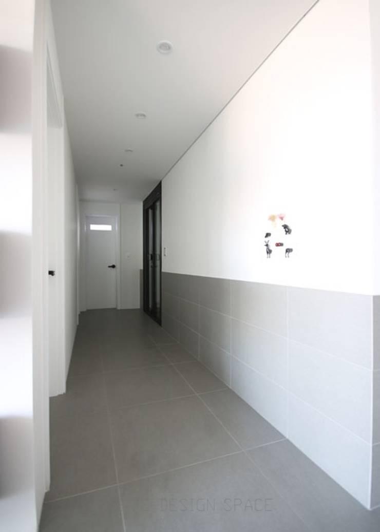 [심플인테리어] 화성시 동탄2신도시 마이너스옵션 아파트인테리어 34PY: 디자인스튜디오 레브의  복도 & 현관