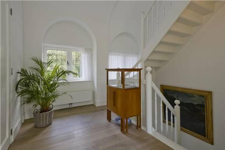 Verbouwing Villa Heemstede:  Gang en hal door Architectenbureau Ron Spanjaard BNA