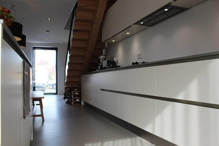PU-gietvloer als basis voor een warm interieur:  Keuken door Motion Gietvloeren