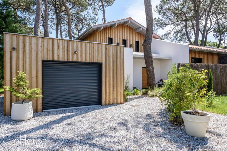 Casas de estilo  por Agence CréHouse