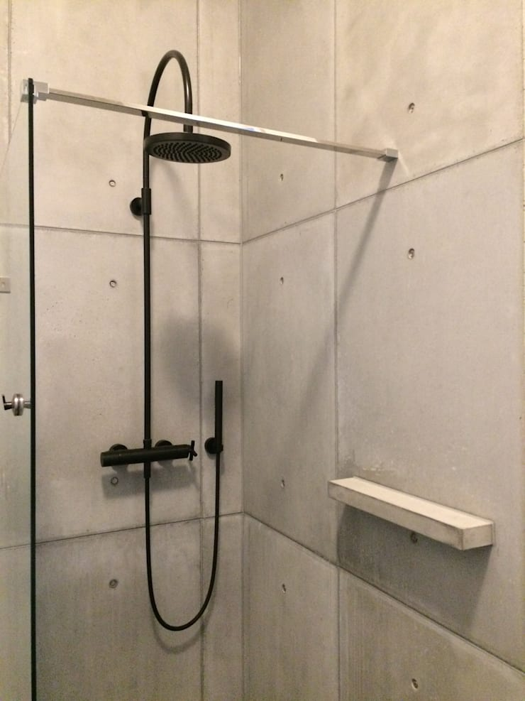 Beton in de douche:  Badkamer door ConcreetDesign BV