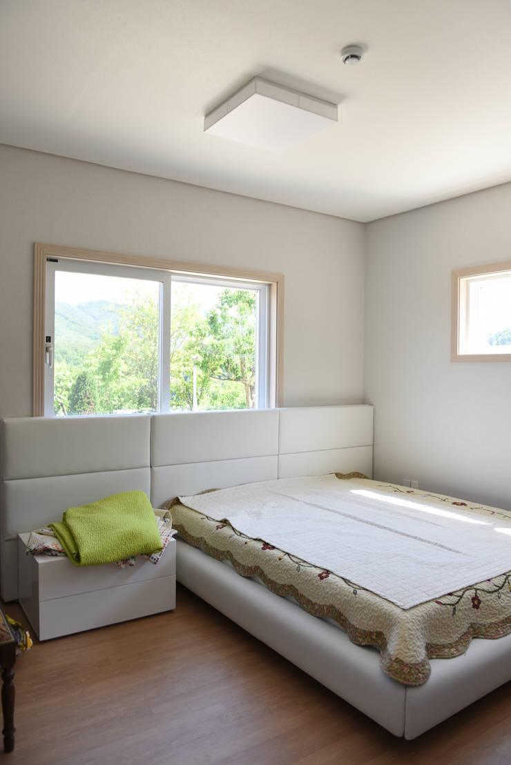 전북 진안 능금리 목조주택: 한다움건설의  침실