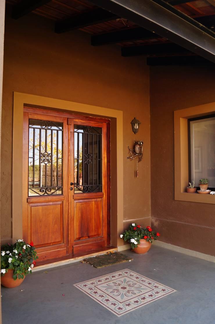 Puerta principal: Casas de estilo  por Abitar arquitectura,